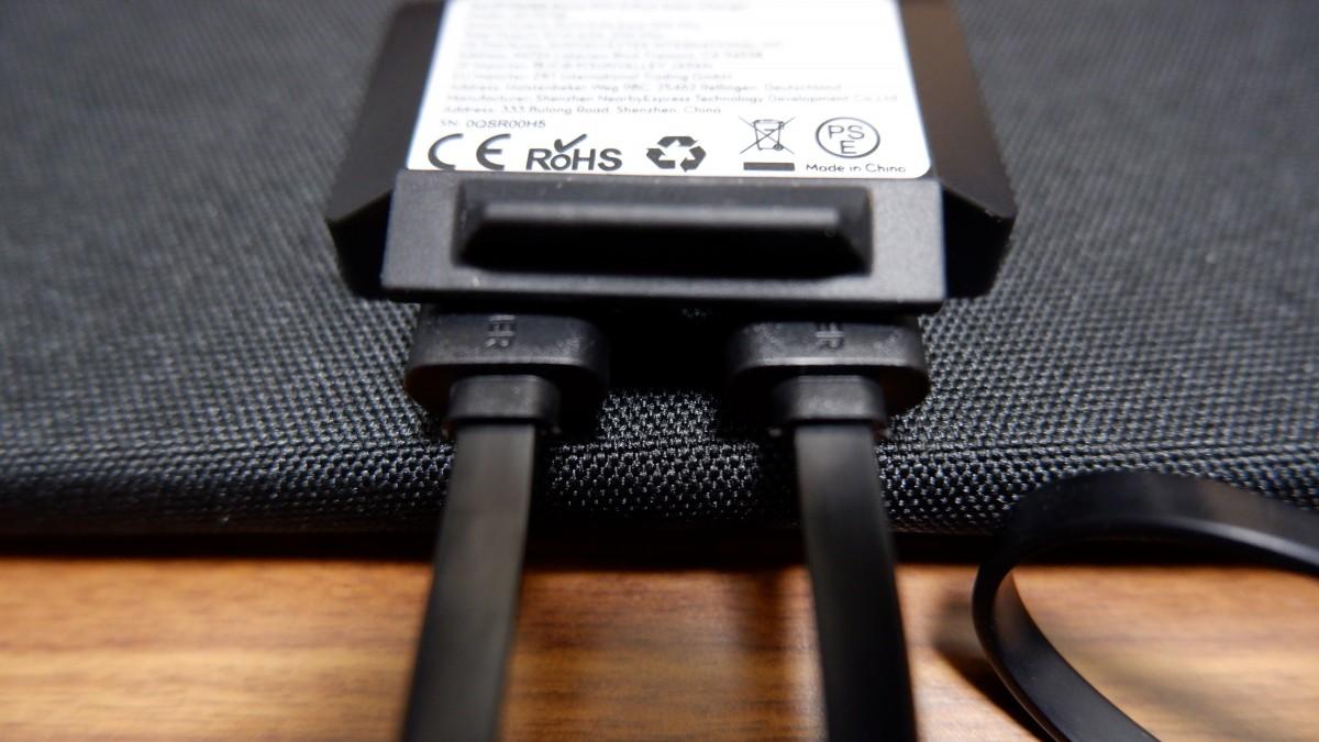 RAVPower RP-PC118のUSBポート部分へケーブル挿入